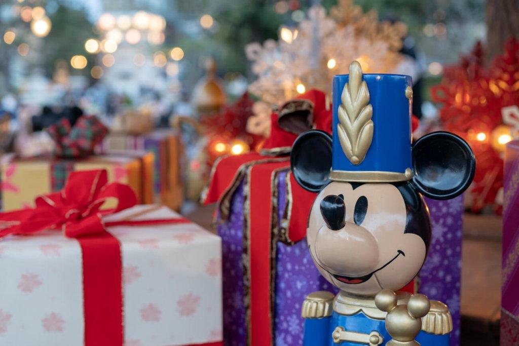 クリスマスツリー下にあるミッキーとプレゼント